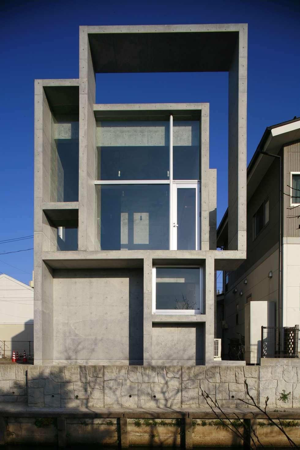 西側。河とグランドを臨む。: 白根博紀建築設計事務所が手掛けた家です。