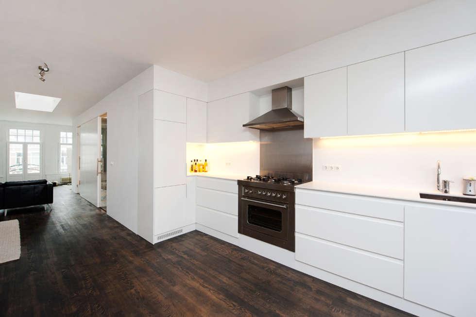 Interieur dubbele bovenwoning met vide minimalistische keuken