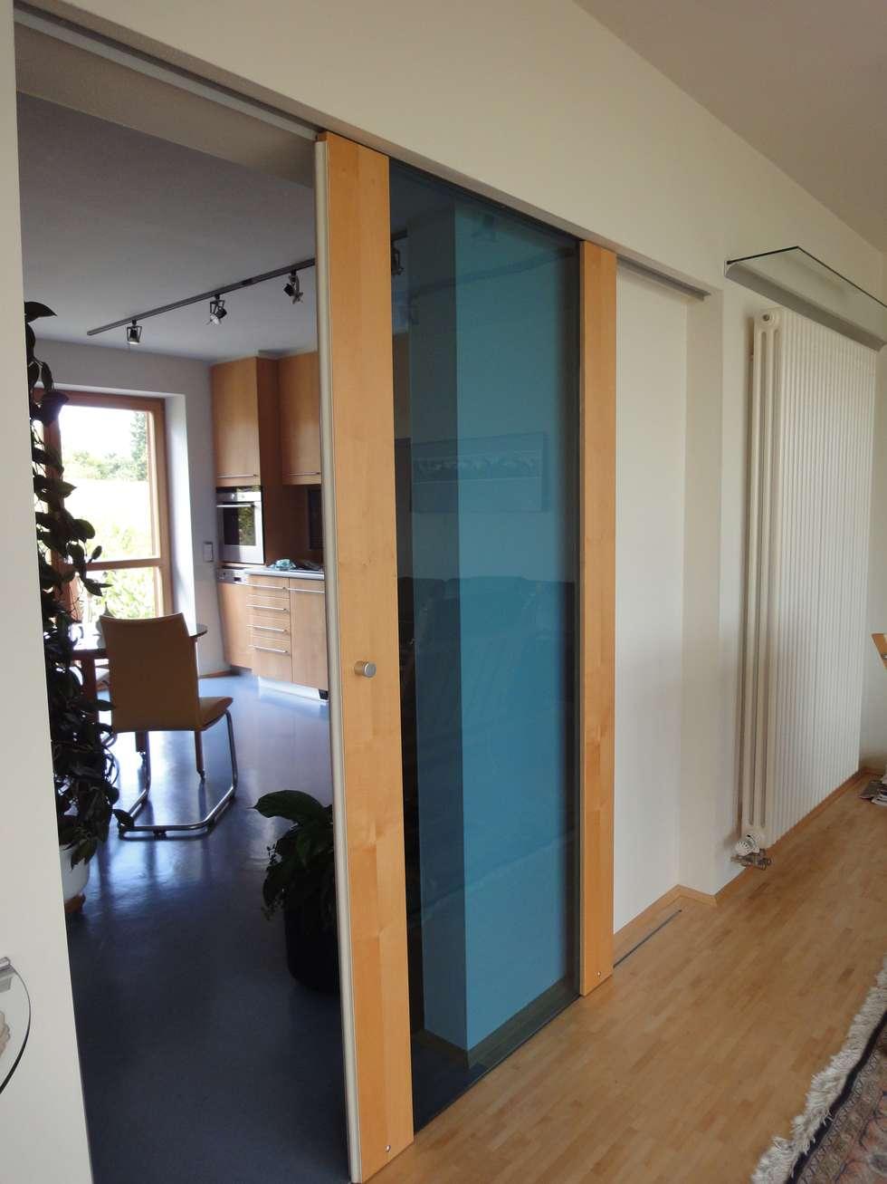 Schiebetür zwischen wohnzimmer und küche: moderne wohnzimmer von ...