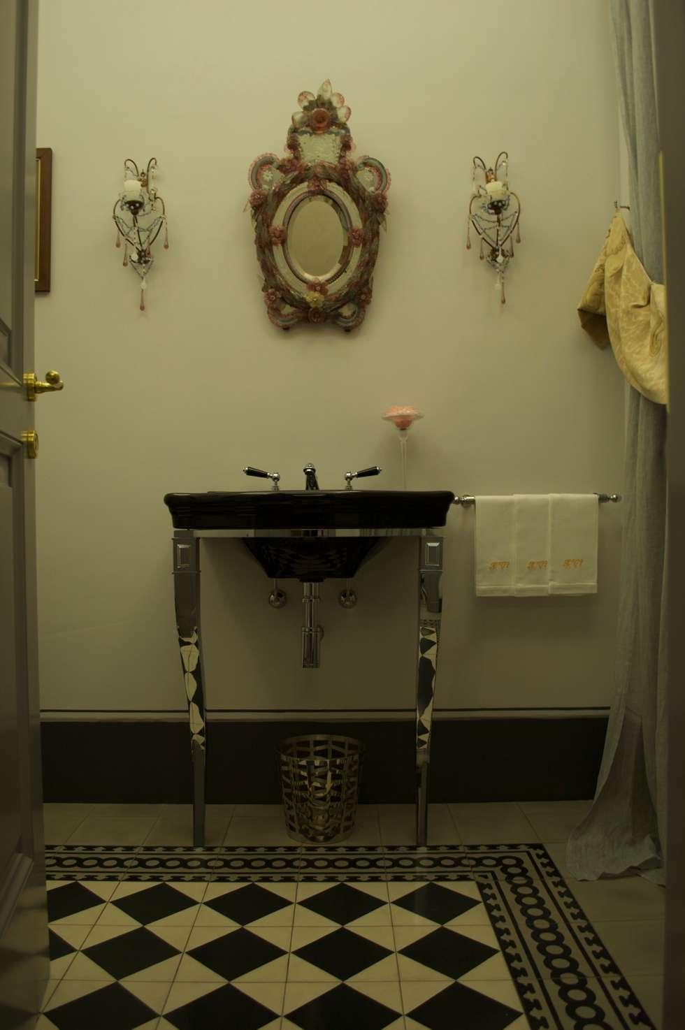 The Bathroom of the entrance: Bagno in stile in stile classico di Giuseppe Tucci Interior Designer