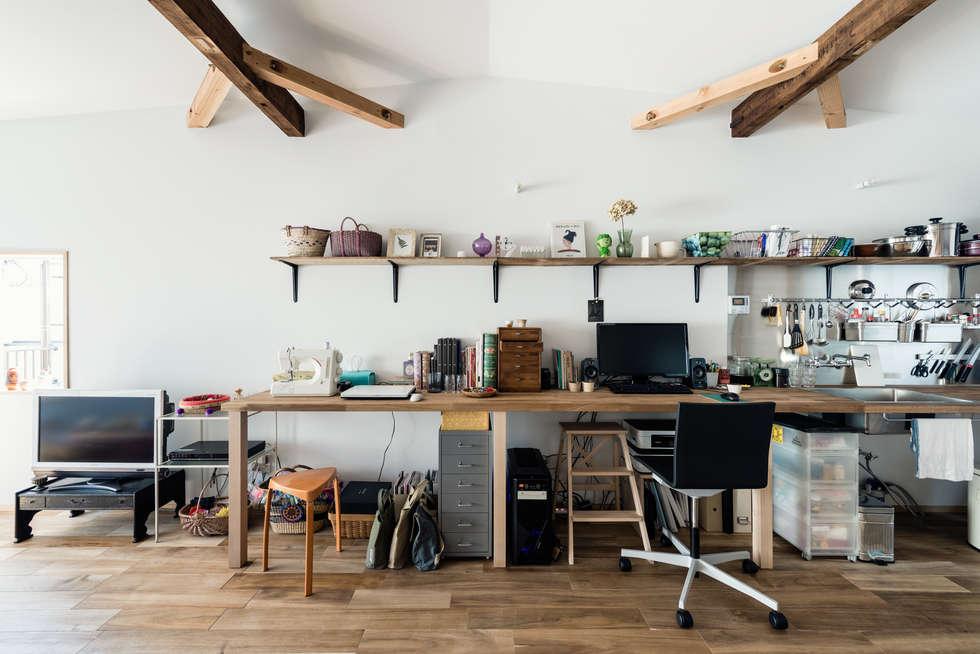 ワークデスク: coil松村一輝建設計事務所が手掛けた書斎です。