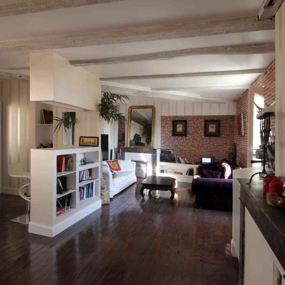salon et coin bureau: Salon de style de style eclectique par Atelier S