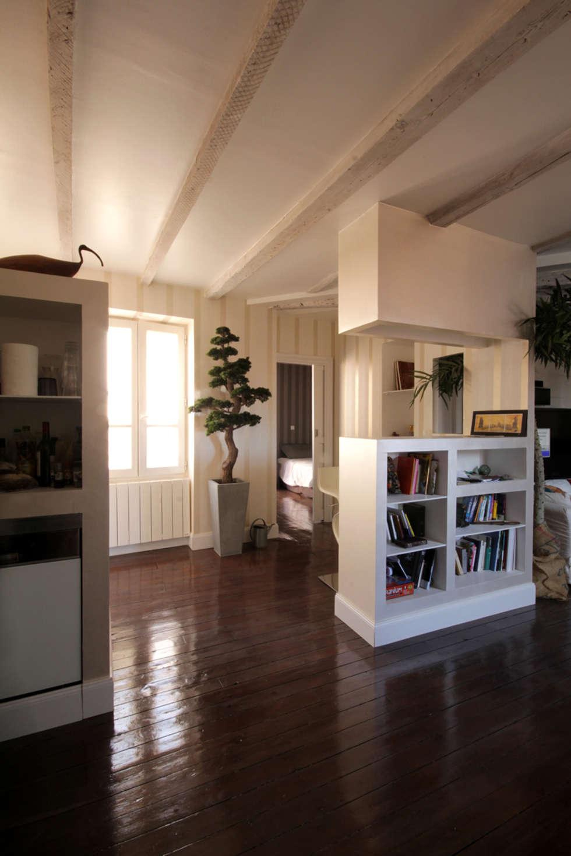 """depuis """"l'espace jour"""" vers """"l'espace nuit"""": Couloir et hall d'entrée de style  par Atelier S"""
