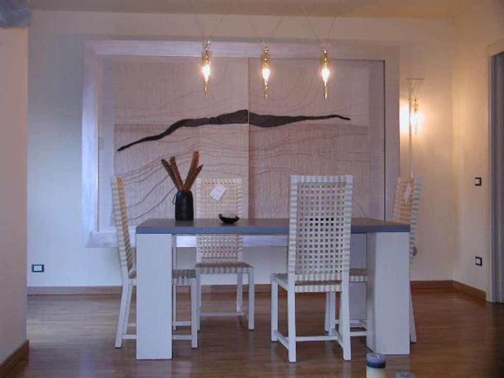 pranzo luci fredde: Sala da pranzo in stile in stile Eclettico di Serenella Pari design