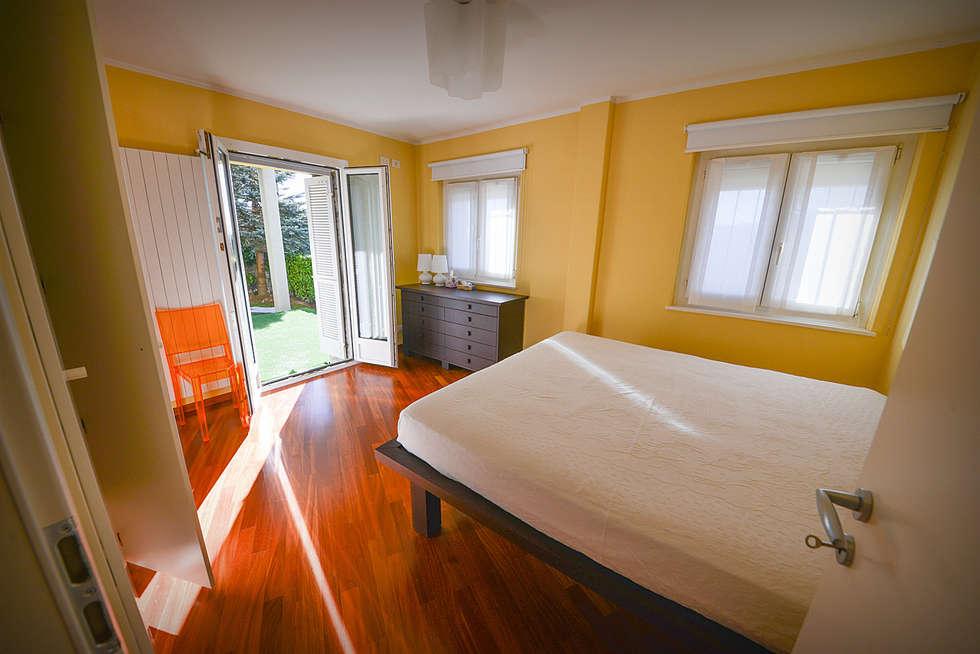Camera da Letto: Camera da letto in stile in stile Moderno di Studio Fori