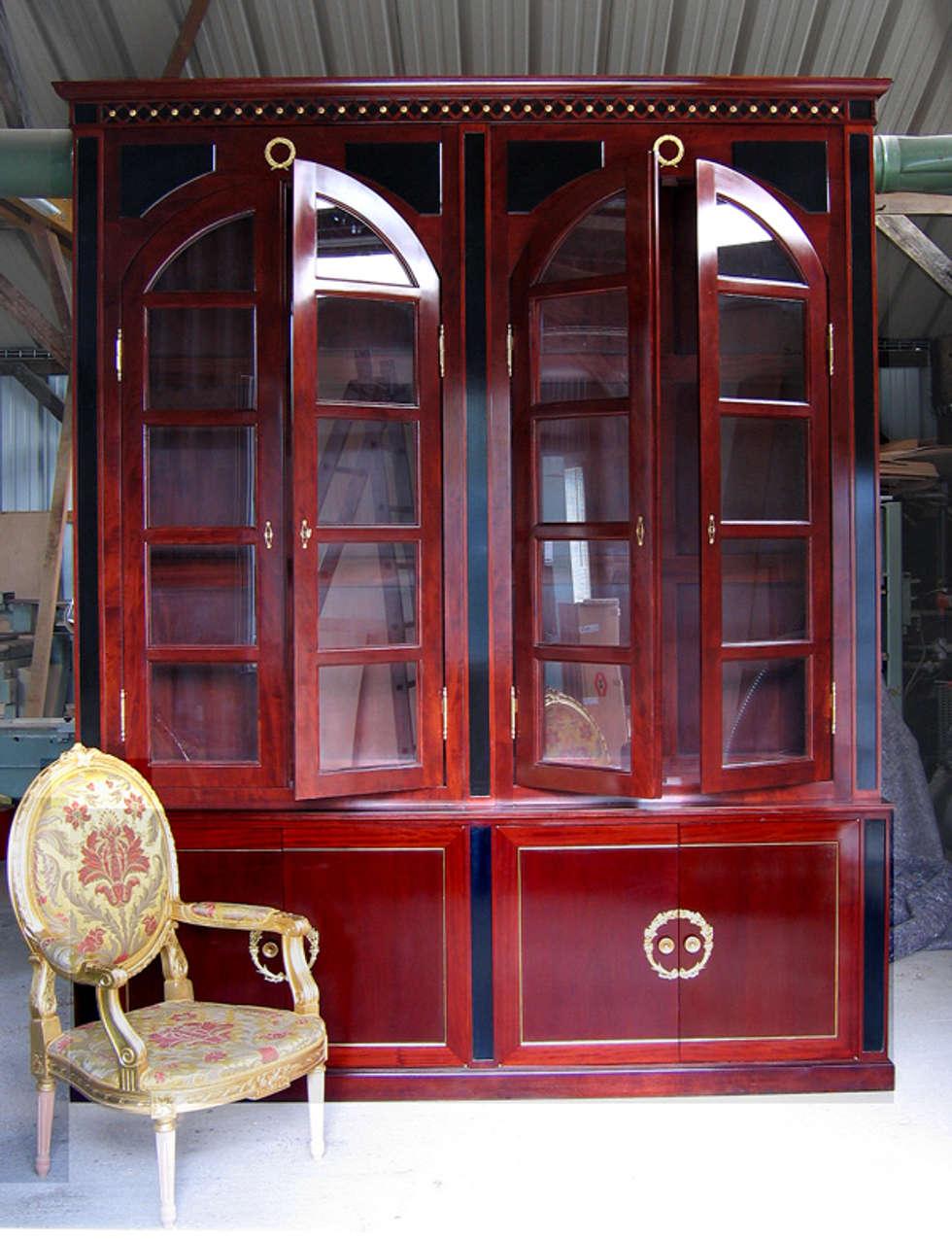 bibliothèque acajou: Hôtels de style  par BEDUCHAUD EBENISTE