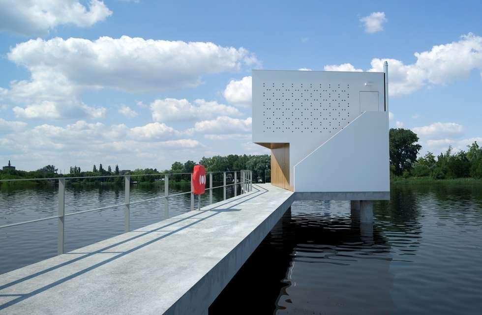 DOM NA WODZIE: styl minimalistyczne, w kategorii Domy zaprojektowany przez 90 stopni