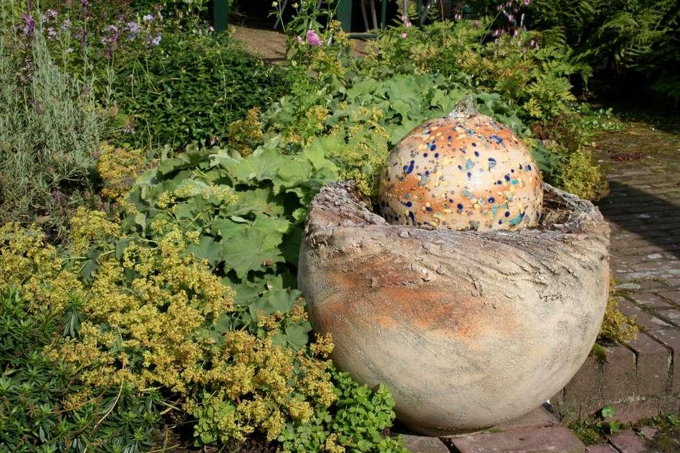 Tuinfonteinen: landelijke Tuin door Pottenbakkerij Heksenvuur