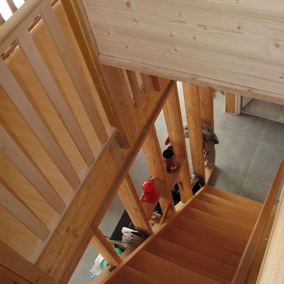 l'escalier: Couloir et hall d'entrée de style  par Atelier S