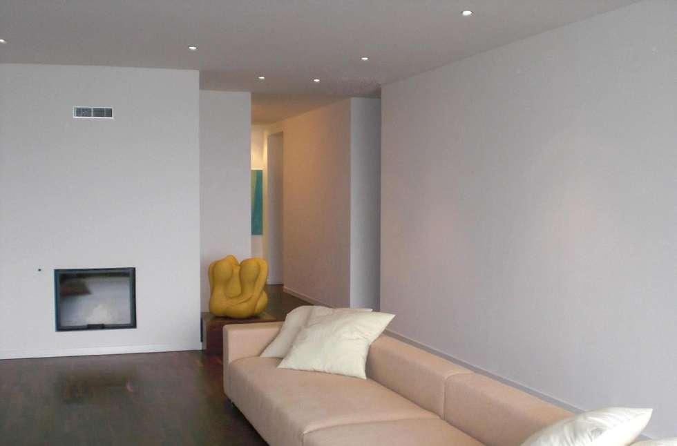 Soggiorno - Corridoio: Soggiorno in stile in stile Minimalista di Studio di architettura arch. Alberto Catraro