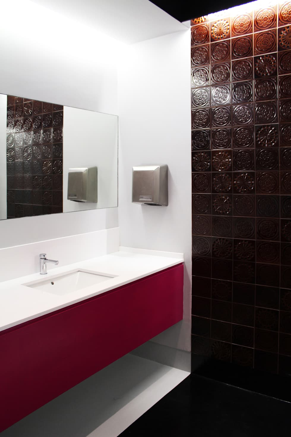 Pormenor da bancada de lavatórios.: Ginásios ecléticos por Estúdio AMATAM