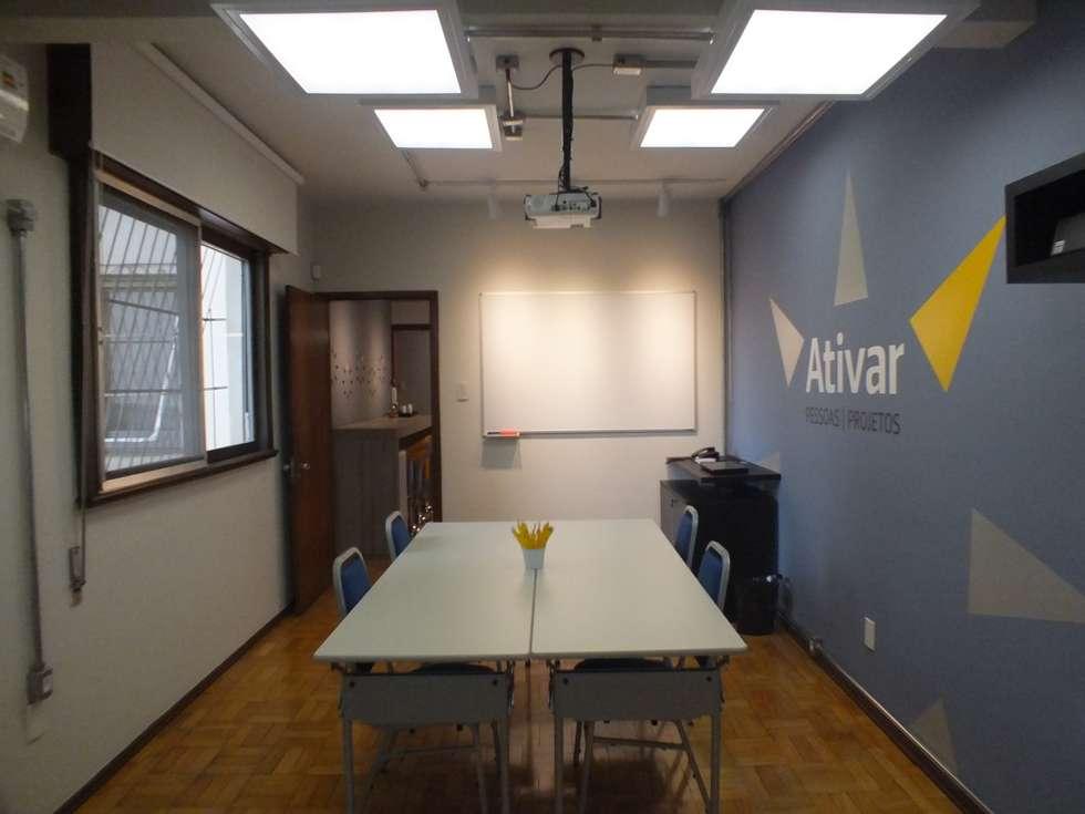 Sala de cursos: Salas multimídia ecléticas por Arketing Identidade e Ambiente
