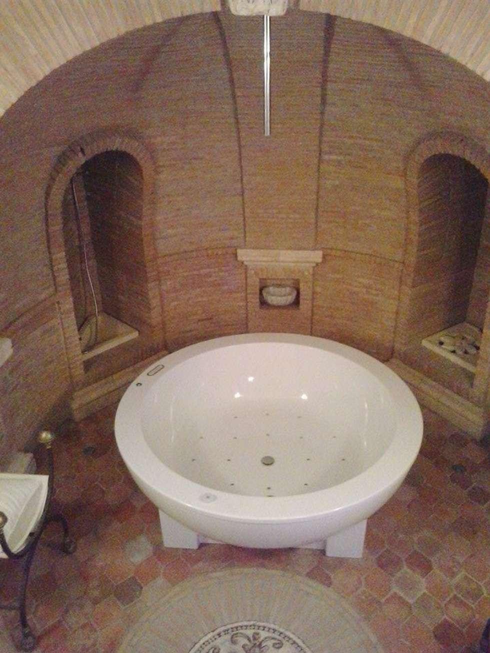 Sala da bagno: Bagno in stile in stile classico di Cotto Antico