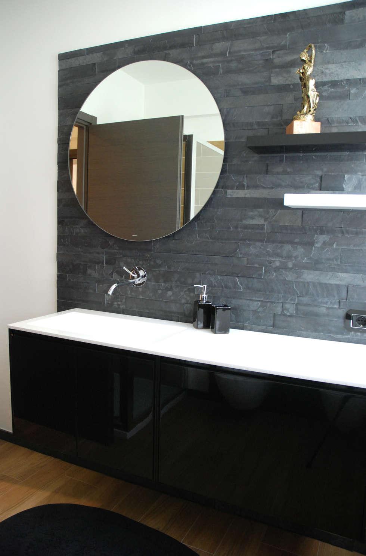 Particolare del bagno: Bagno in stile in stile Moderno di Ambienti in scena