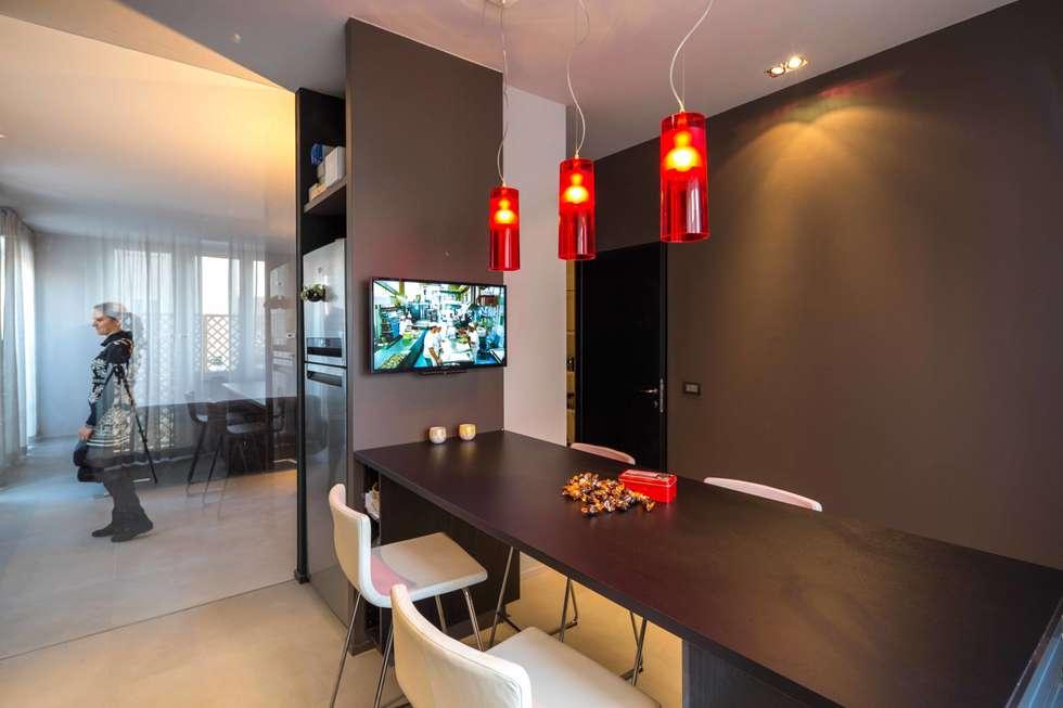 la cucina e la quinta in vetro: Cucina in stile in stile Moderno di architetto marcello carzedda studio