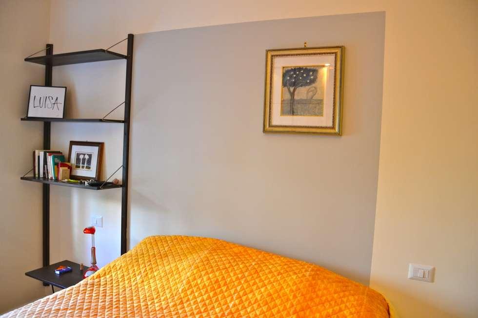 Restyling camera da letto: Camera da letto in stile in stile Moderno di Restyling Mobili di Raddi Federica