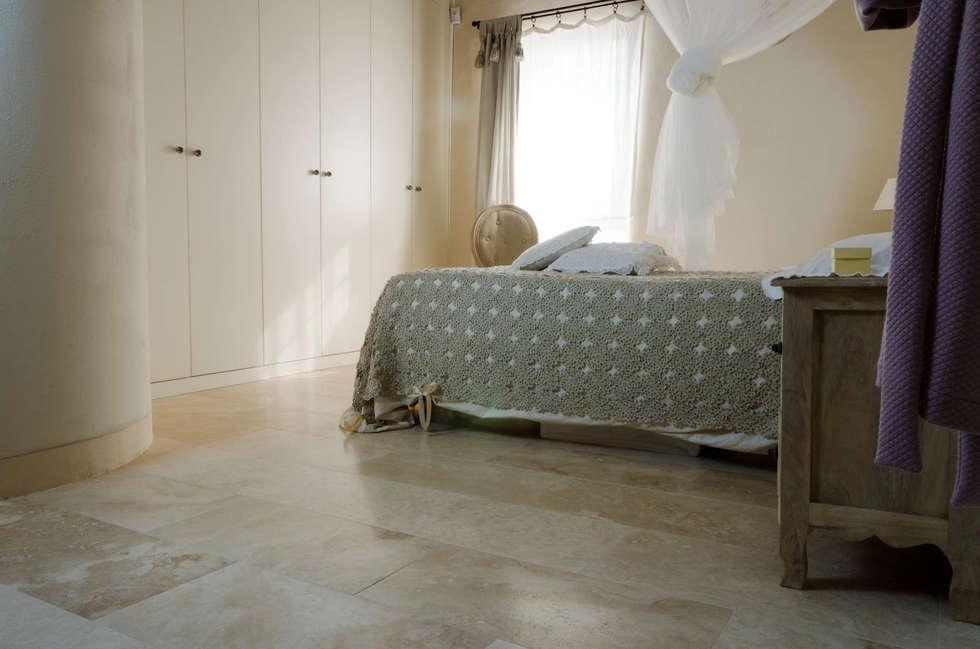 Camera da letto di casa colonica in Toscana: Camera da letto in stile in stile Rustico di Pietre di Rapolano