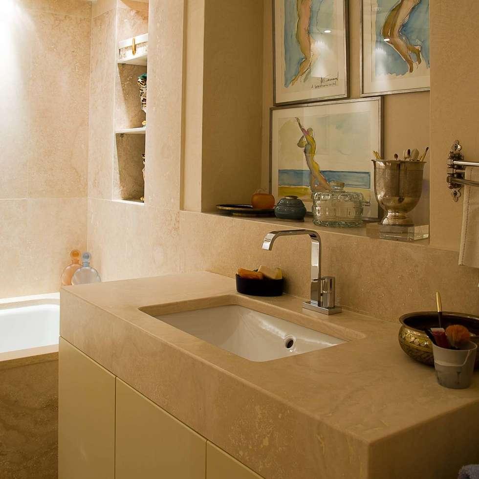 Bagno con mobile bagno in travertino: Bagno in stile in stile classico di Pietre di Rapolano