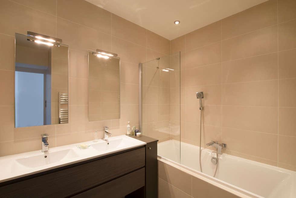 Maison individuelle Versailles: Salle de bains de style  par Hélène de Tassigny