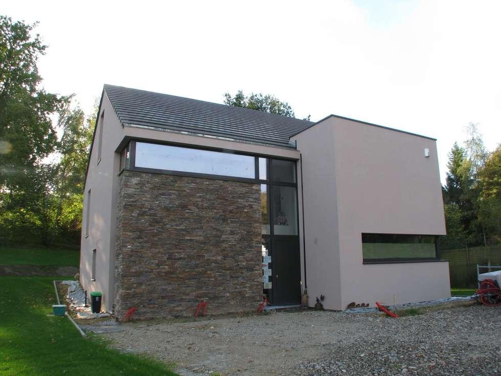 Façade côté rue: Maisons de style de style Moderne par dune Architecture sprl
