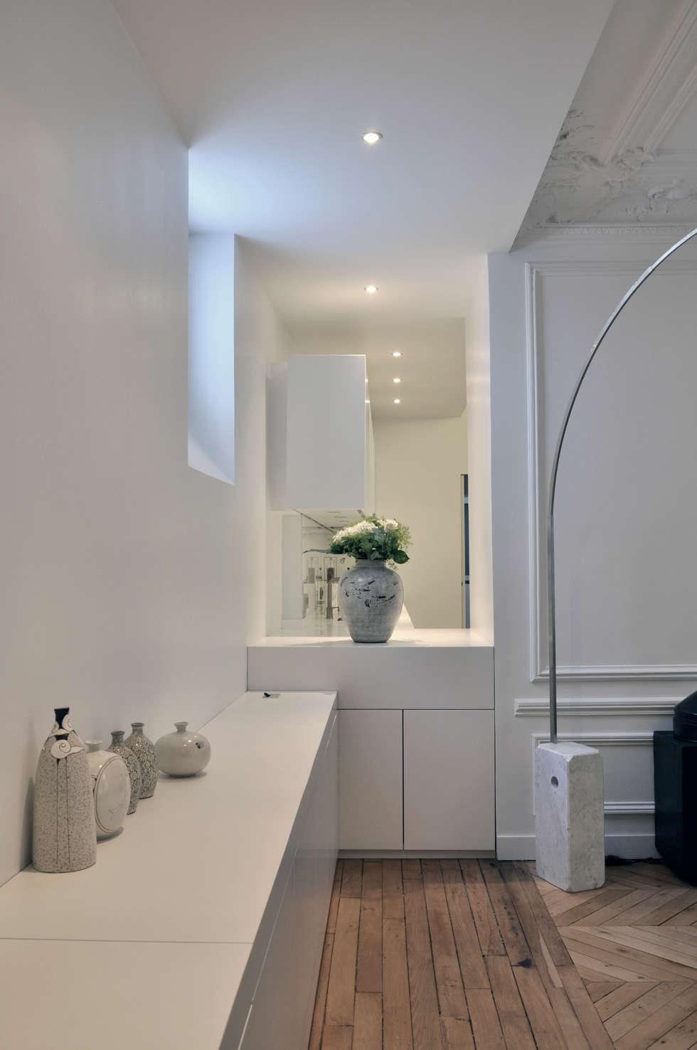 mise en perspective: Salon de style de style Moderne par officine TNT Architecture