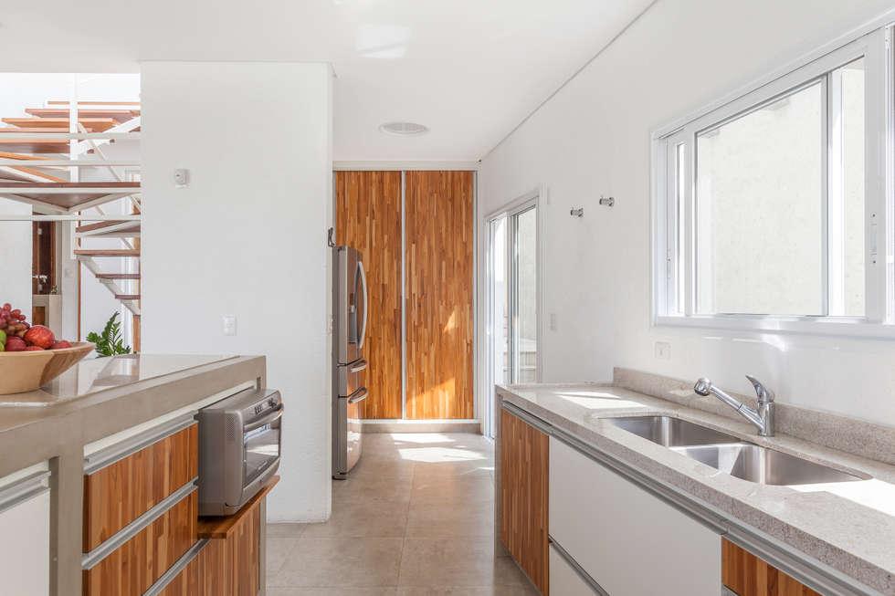 Residência Parque dos Príncipes: Cozinhas modernas por Nautilo Arquitetura & Gerenciamento