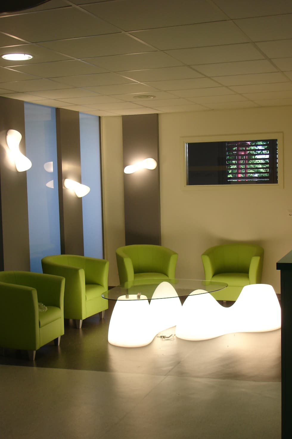 Salle d'attente  du CCAC de Fribourg: Cliniques de style  par LCDS