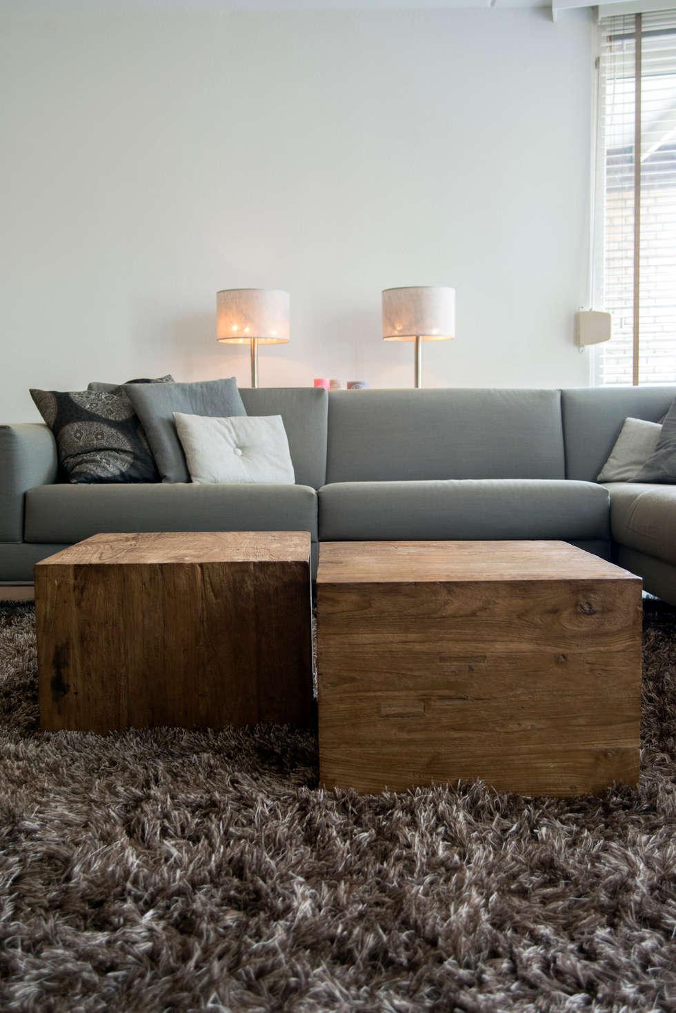 Moderne bank in combinatie met grove houten salontafels: moderne Woonkamer door Hemels Wonen interieuradvies en ontwerp