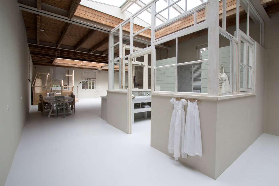 de open badkamer!: eclectische Badkamer door Architectenbureau Vroom