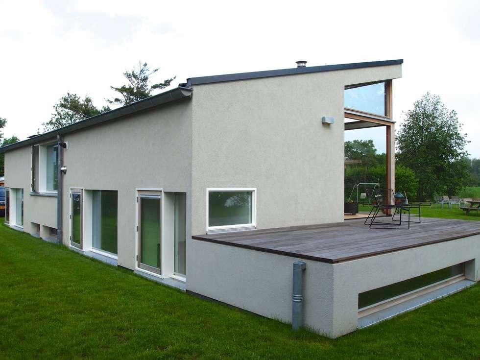 De ramen voor het souterrain.: landelijke Huizen door Gerard Rijnsdorp Architect