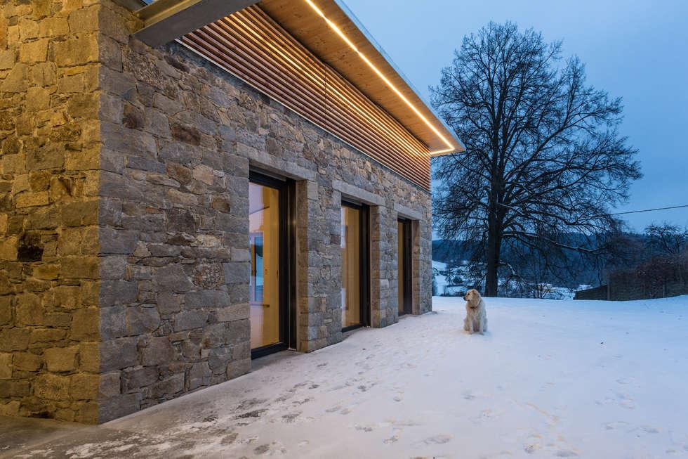 Natursteinfassade – stein auf stein: moderne häuser von jahn ...