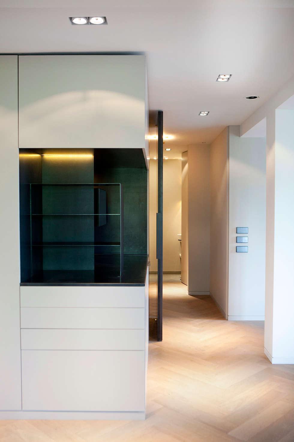 QUEENS: minimalistische Woonkamer door Binnenvorm