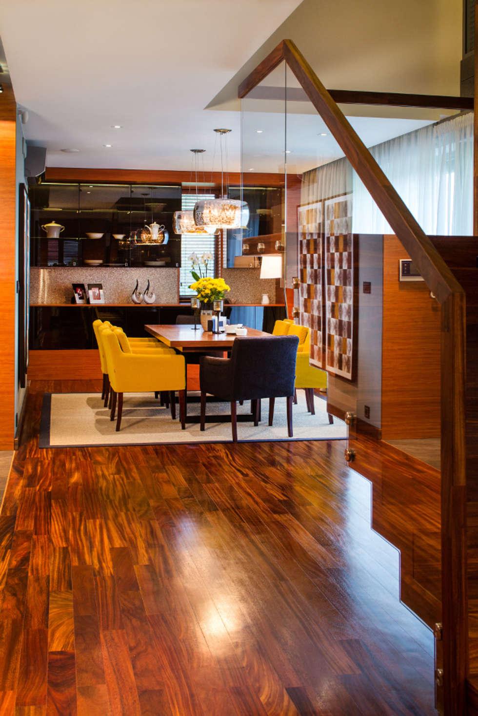Schody z widokiem na jadalnię: styl , w kategorii Korytarz, przedpokój zaprojektowany przez Viva Design - projektowanie wnętrz