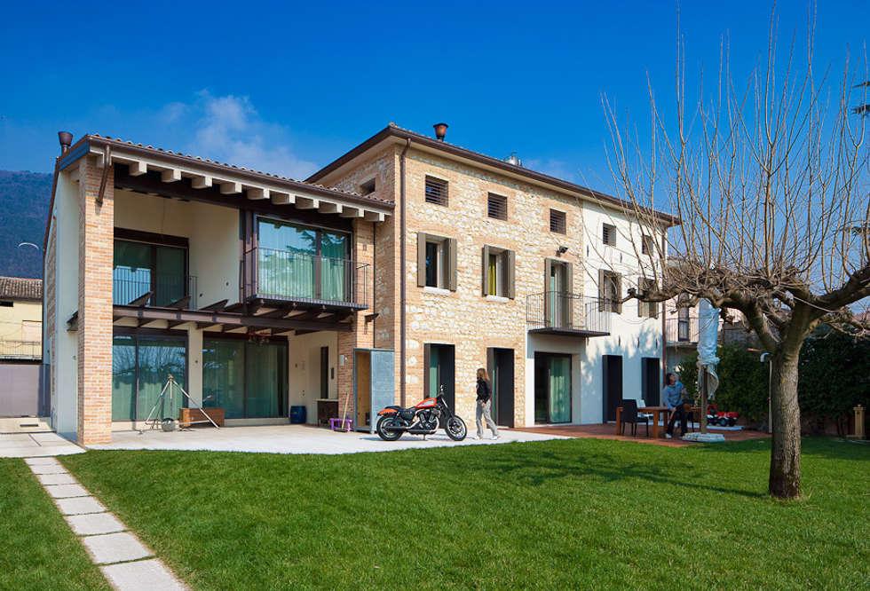 The garden and the southern front: Giardino in stile in stile Rustico di SARA DALLA SERRA ARCHITETTO