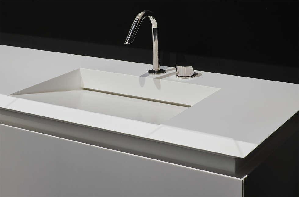 K.fly, versione in Corian: Bagno in stile in stile Moderno di Ri.fra mobili s.r.l.