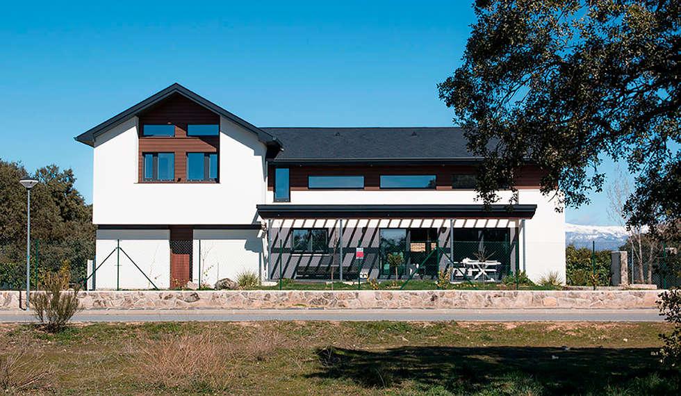 Fachada principal: Casas de estilo moderno de Canexel
