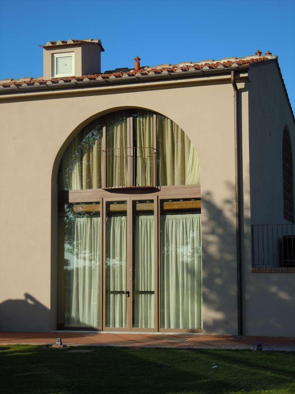 particolare dell'infisso sull'arcone: Hotel in stile  di Maurizio Andruetto  Monica Deri    Architetti Associati