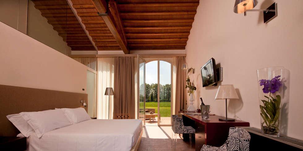 una suite del fienile: Hotel in stile  di Maurizio Andruetto  Monica Deri    Architetti Associati
