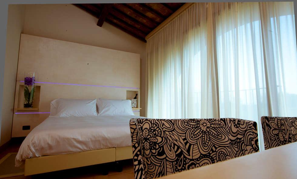 camera beige: Hotel in stile  di Maurizio Andruetto  Monica Deri    Architetti Associati