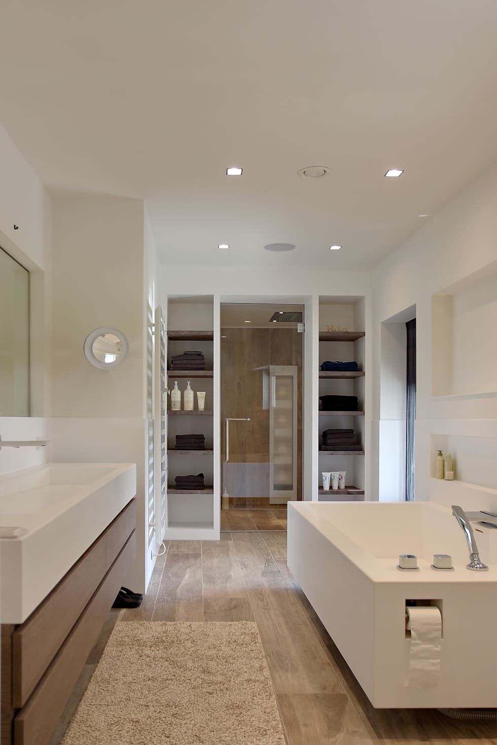 Badkamer: moderne Badkamer door Leonardus interieurarchitect
