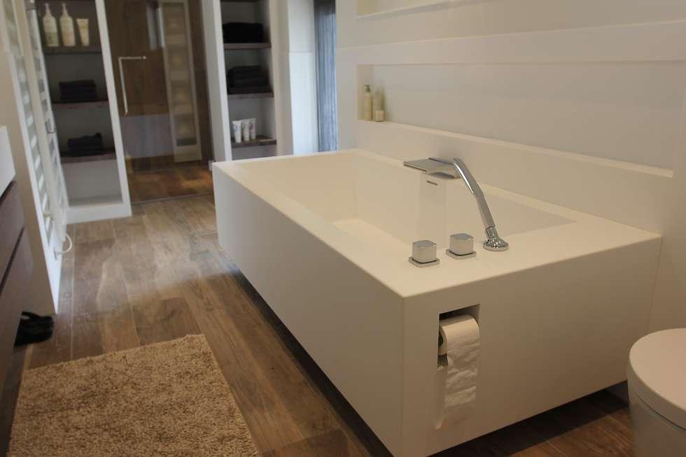 Solid surface bad: moderne Badkamer door Leonardus interieurarchitect