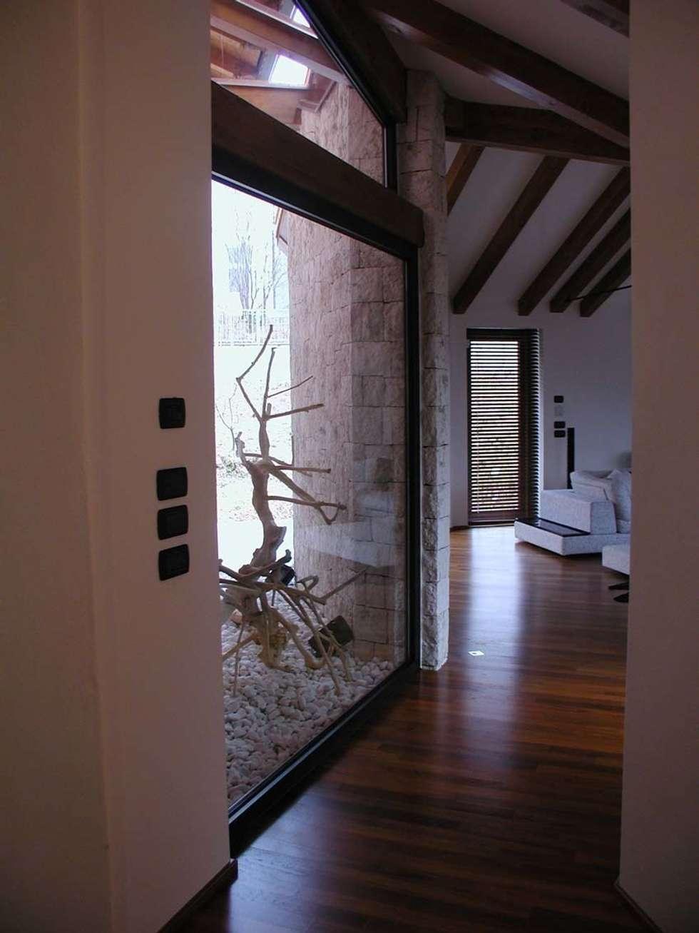 collegamento due volumi: Ingresso & Corridoio in stile  di Serenella Pari design