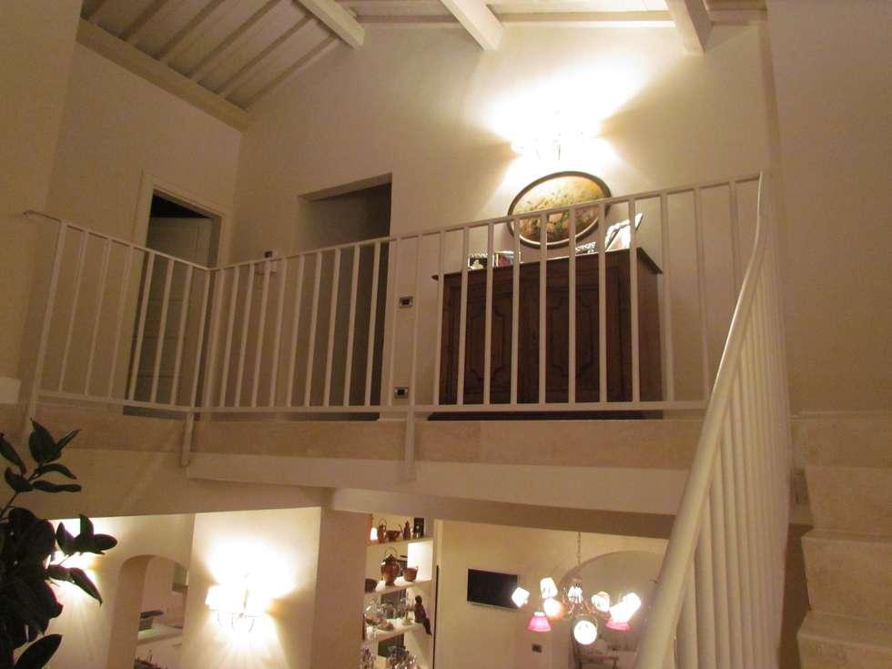 Dettaglio di balaustra: Ingresso & Corridoio in stile  di Garden House Lazzerini