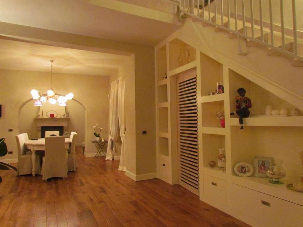 Mobile sotto-scala : Ingresso & Corridoio in stile  di Garden House Lazzerini