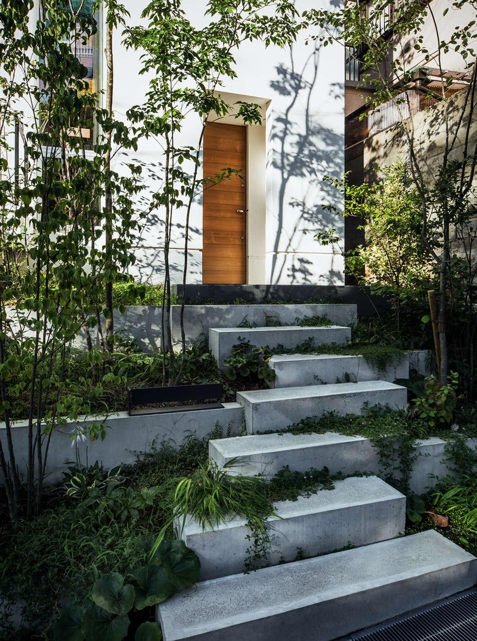 クレバスハウス 玄関アプローチ: 株式会社seki.designが手掛けた庭です。