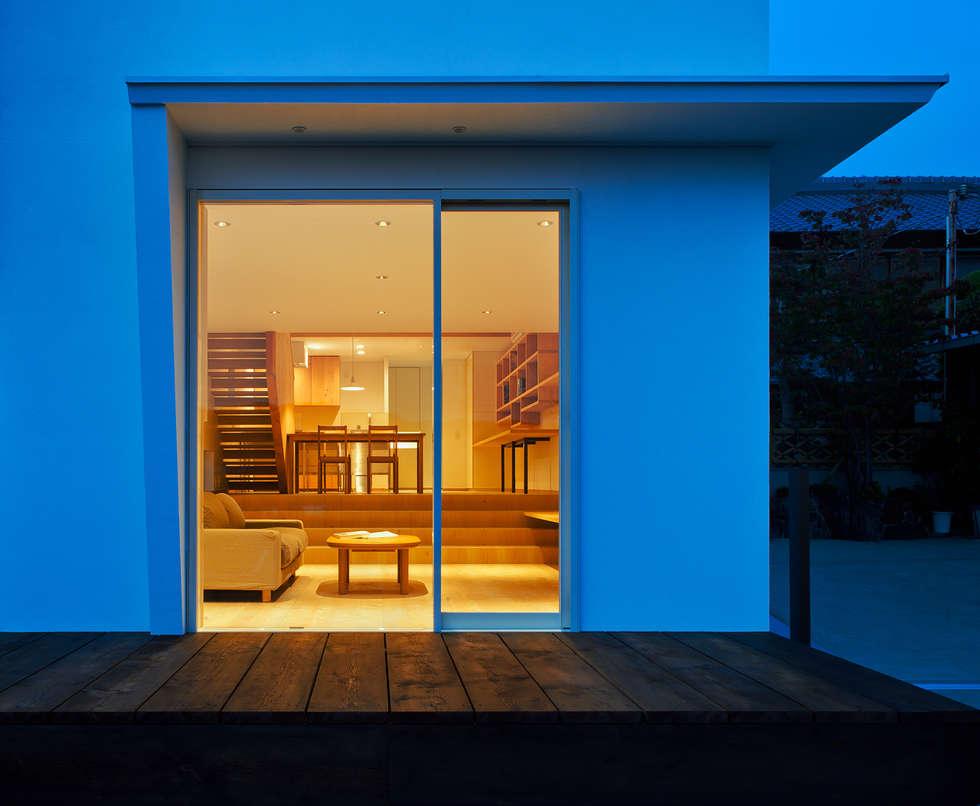 押部谷の家 外からLDKを見通す: 株式会社seki.designが手掛けたリビングです。