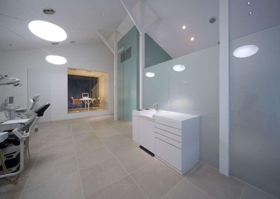 廣瀬歯科診療所 診察室&院長室 NIGHT TIME: eleven nine interior design officeが手掛けた病院です。