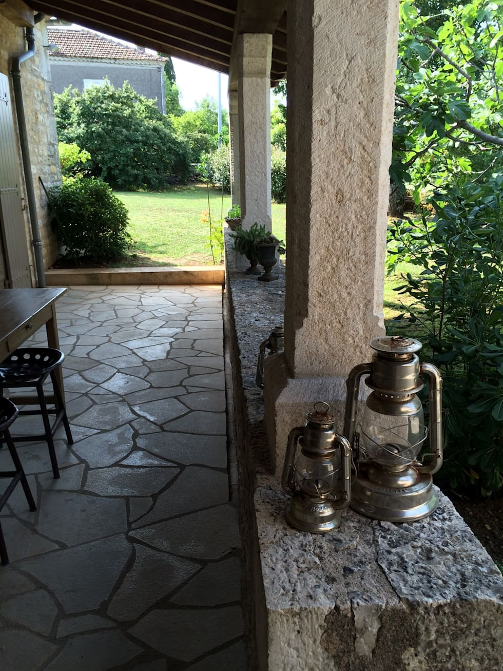 les lampes: Terrasse de style  par INSIDE-DECO-TENDANCE