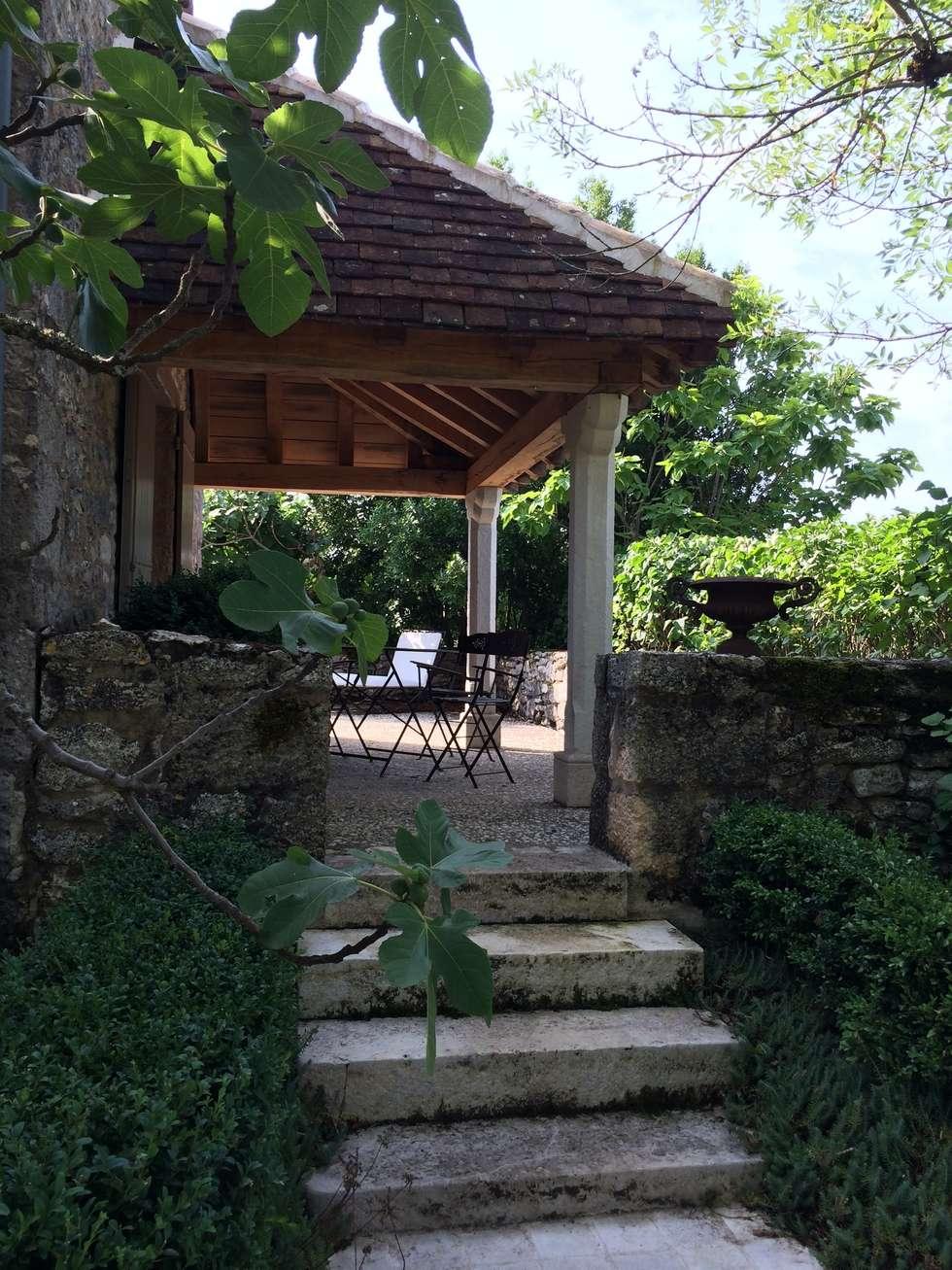 terrasse: Terrasse de style  par INSIDE-DECO-TENDANCE