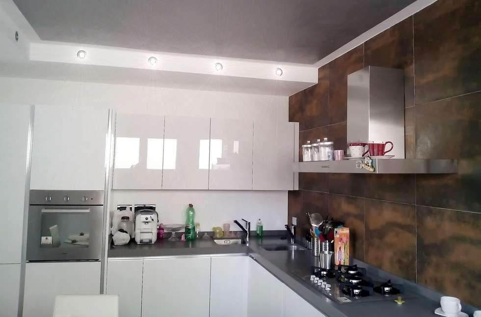 Dentro la cucina: Cucina in stile in stile Moderno di Sergio Bini